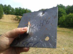Płyta ze stali Hardox 500 grubości 3 mm przebita pociskiem kal. 7,62x39