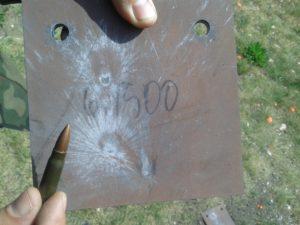 Płyta ze stali Hardox 500 grubości 6 mm trafiona pociskiem kal. 7,62x39