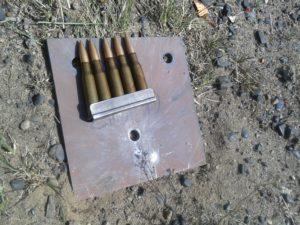 Płyta ze stali Hardox 500 grubości 7 mm przebita pociskiem kal. 7,62x54R